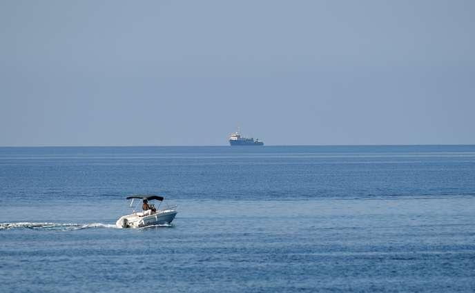 Après avoir forcé le blocus italien, le « Sea-Watch 3 » attend à quelques milles de Lampedusa Ce6d5710