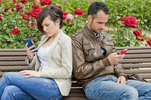 Les réseaux sociaux peuvent être la cause d'une rupture de couple Couple26