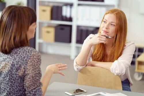 Comment le langage non verbal peut-il bloquer notre communication ? Voici 7 exemples ! Deux-f10