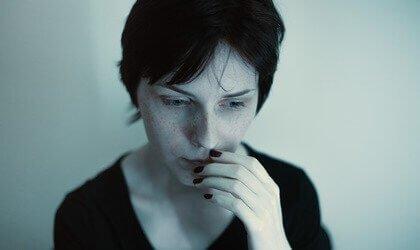 Le cerveau anxieux et le cycle de la préoccupation : quelle en est la cause ? Femme-12