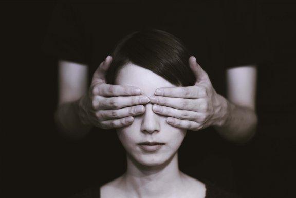 Identifier les croyances irrationnelles nous aide à améliorer notre bien-être Femme-39