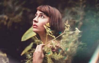 Le sens du moi et la dépression : en quoi sont-ils liés ? Femme-96