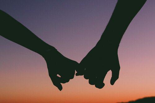 En amour 1+1 font 3 : toi, moi et le couple Mains-10