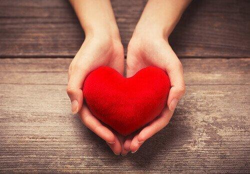 5 clés pour offrir son soutien émotionnel Mains-12