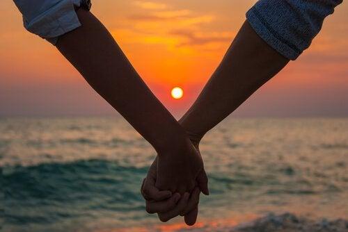 L'amour crépusculaire : ces amours matures qui arrivent au bon moment Manos-10