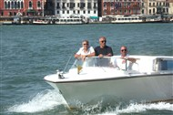 George Clooney and Stacy Keibler in Venice.....always on the boat.... - Page 2 Venice16
