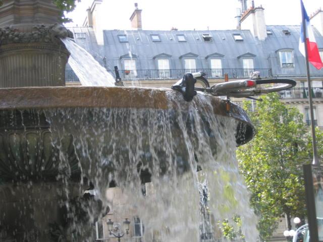 Un Véli'b dans une fontaine... Specia16