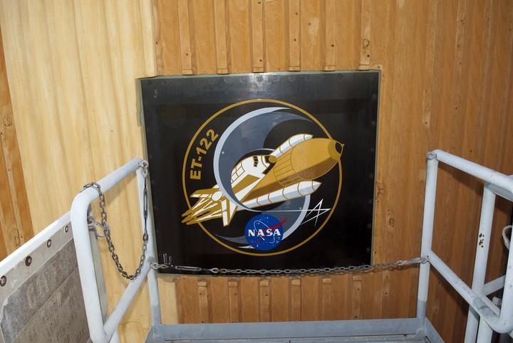 plaque sur l'ET de la navette 2011-210