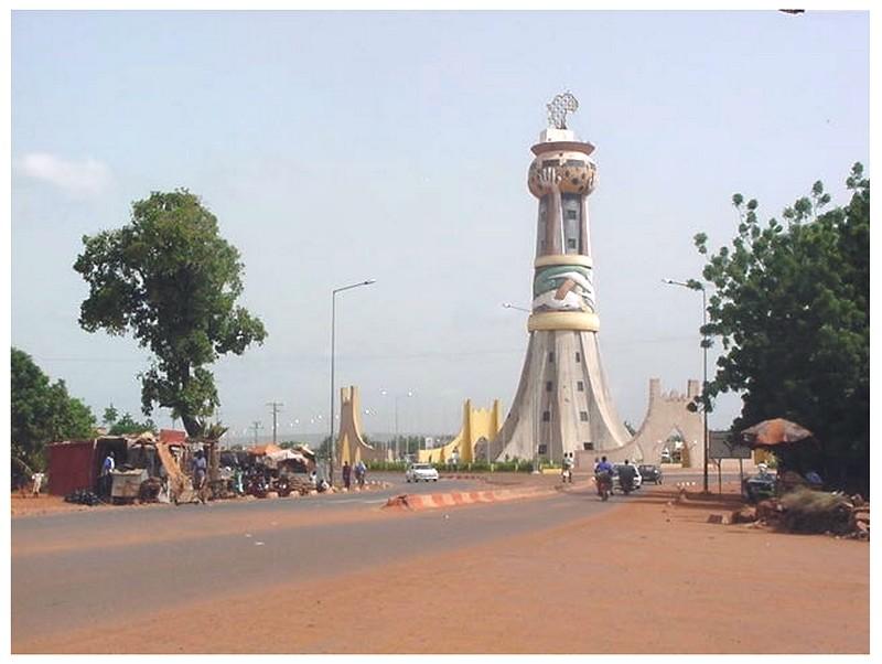 [MALI] - Les monuments sur les ronds-points de Bamako - Page 2 Sans_t68