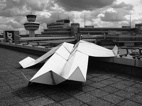 Avion en papier à l'aéroport de Berlin - Allemagne Kohlma10