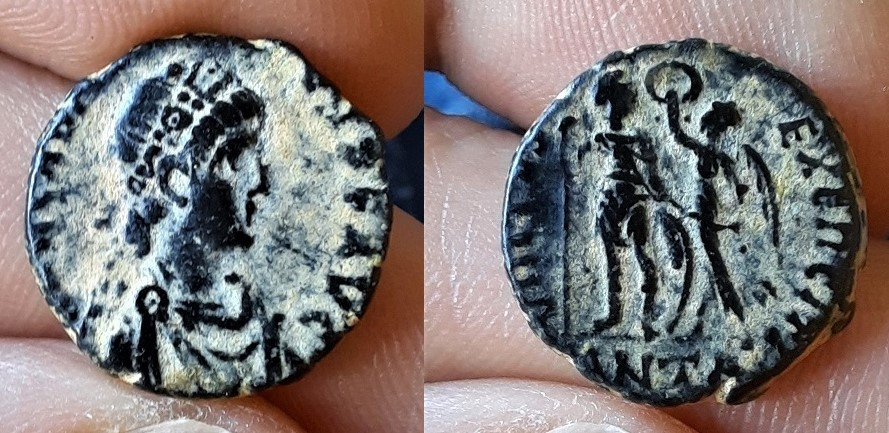 AE3 de Arcadio. VIRTVS – EXERCITI. Emperador estante a izq. coronado por Victoria. Antioch. 20210610