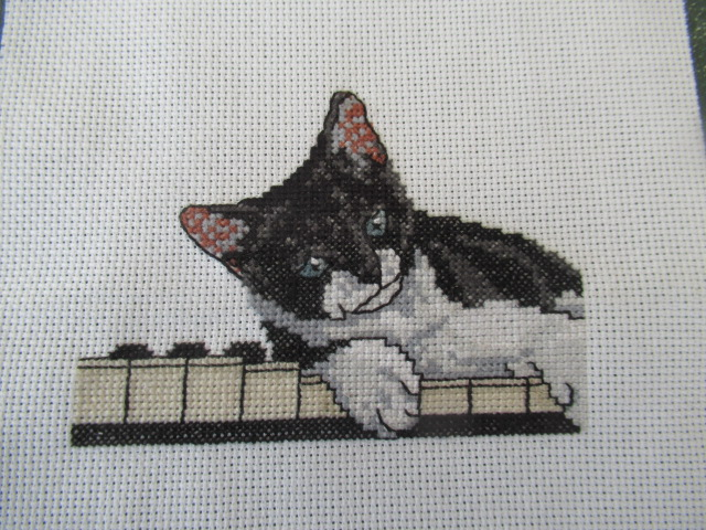 petit chat sur piano, lutrin terminé Lolo_010