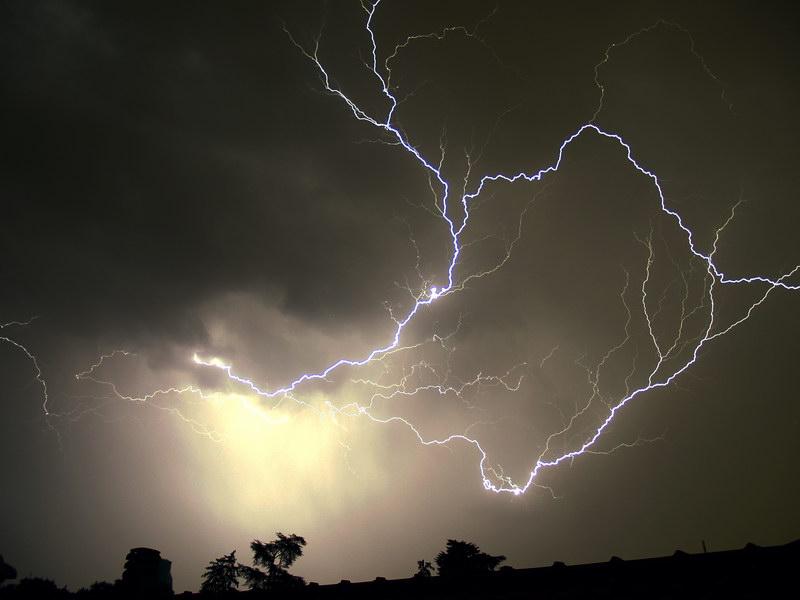 Forse è O.T. , comunque, mie riprese di fenomeni elettrici nella bassa atmosfera. 510
