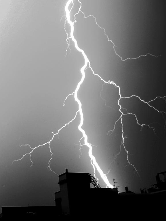 Forse è O.T. , comunque, mie riprese di fenomeni elettrici nella bassa atmosfera. 810
