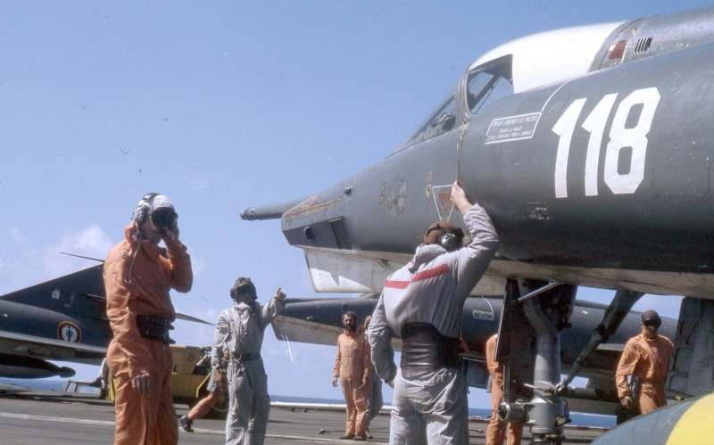 [ DIVERS - LES FLOTILLES ET ESCADRILLES ] Tenues des pilotes années 60 en Polynésie... Pacifi10