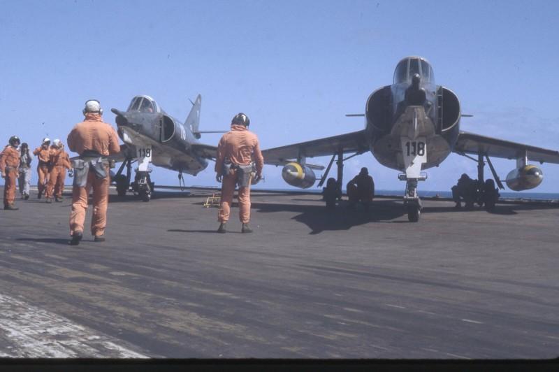 [ DIVERS - LES FLOTILLES ET ESCADRILLES ] Tenues des pilotes années 60 en Polynésie... Pacifi11
