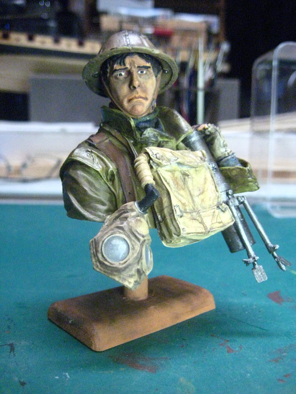 British Lewis gunner WWI Young figurine 2107
