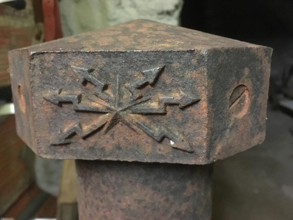 Poteaux en fonte avec des éclairs au sommet  Img_4711