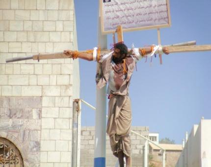 Les islamistes crucifient encore les Chrétiens de nos jours - Voyez la photo ! 13294410