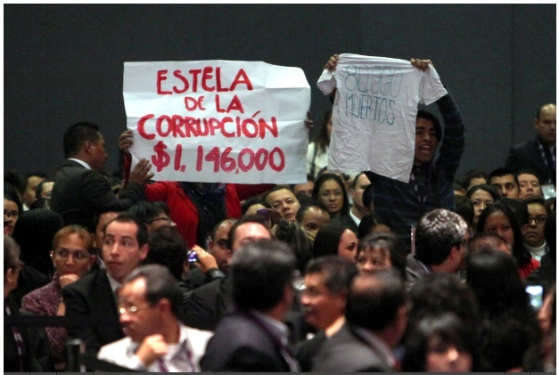 "Gritan ""asesino"" a Calderón en acto del IFAI Gritan10"