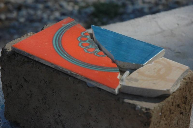 ceramique sur mur briques de terre crue Dsc_7010