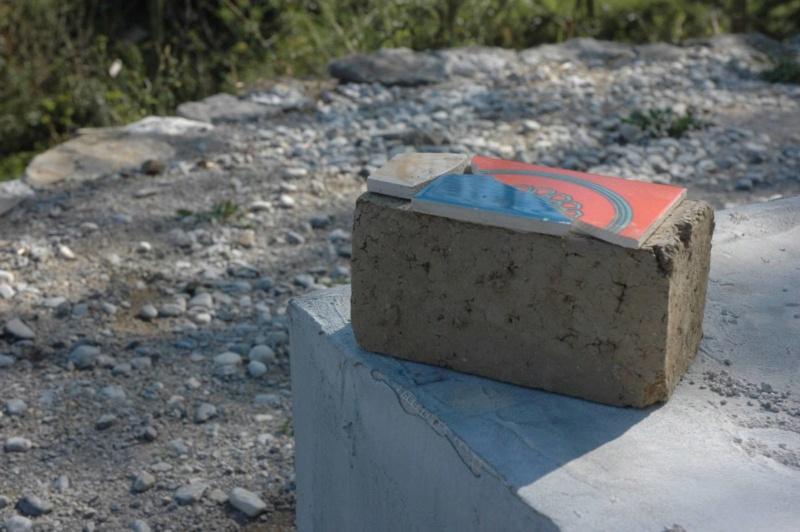 ceramique sur mur briques de terre crue Dsc_7011