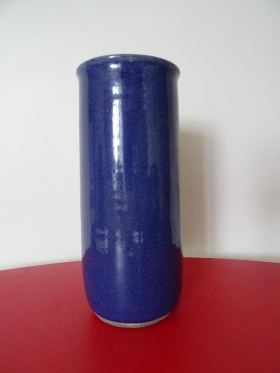 Vase cylindre en grès émaillé bleu Signature à identifier ?Robin ?  Dsc02813