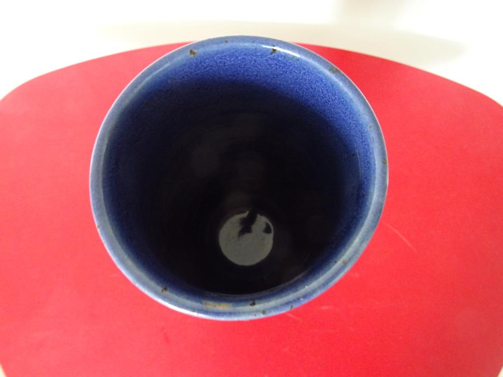 Vase cylindre en grès émaillé bleu Signature à identifier ?Robin ?  Dsc02814