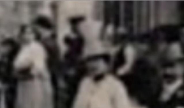 Une rue  de Juvisy,, un défilé, un personnage yeux bandés ....  - Page 8 Captu593