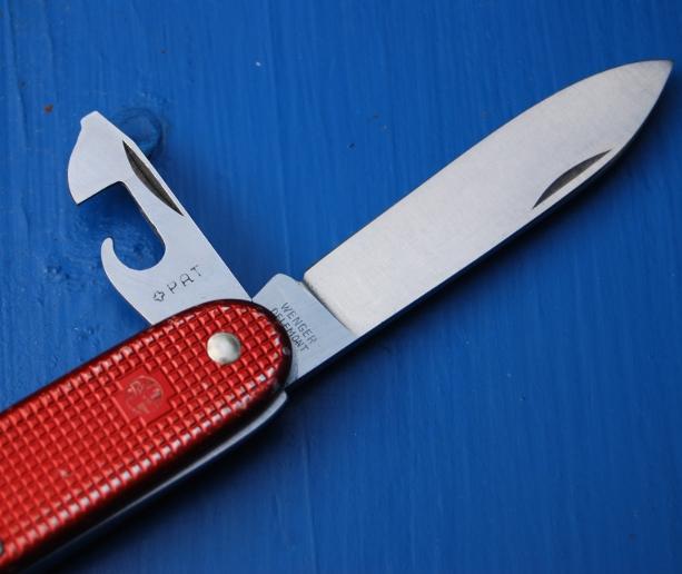 Evolution du couteau du soldat suisse Wenger48