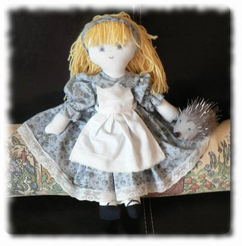Poupée Alice et herisson piqu'epingles Alice110