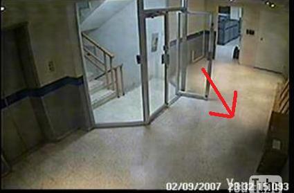 mujer fantasma en un edificio Fntasm10