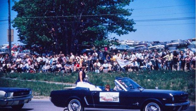 Vieille photo qui inclus des Mustang 65-73  1965_m10