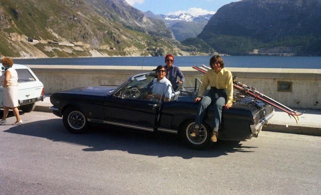 Vieille photo qui inclus des Mustang 65-73  1968-310