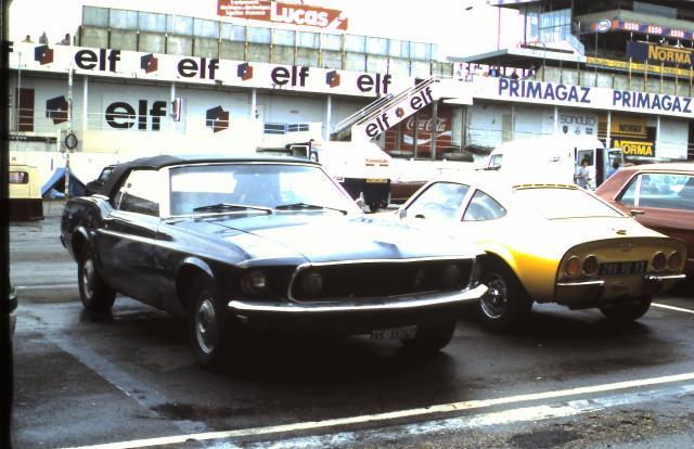 Vieille photo qui inclus des Mustang 65-73  1981-110