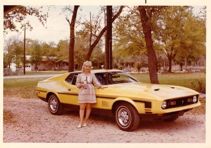 Vieille photo qui inclus des Mustang 65-73  20005710