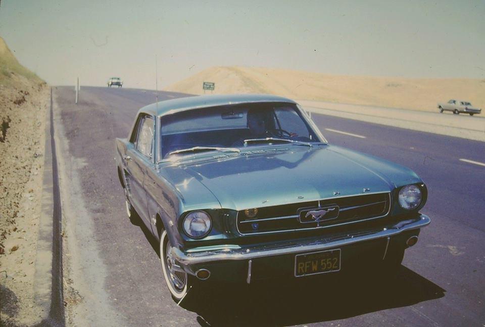 Vieille photo qui inclus des Mustang 65-73  30714610