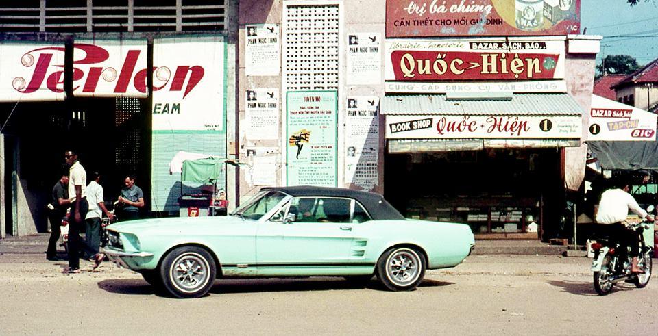 Vieille photo qui inclus des Mustang 65-73  31934810