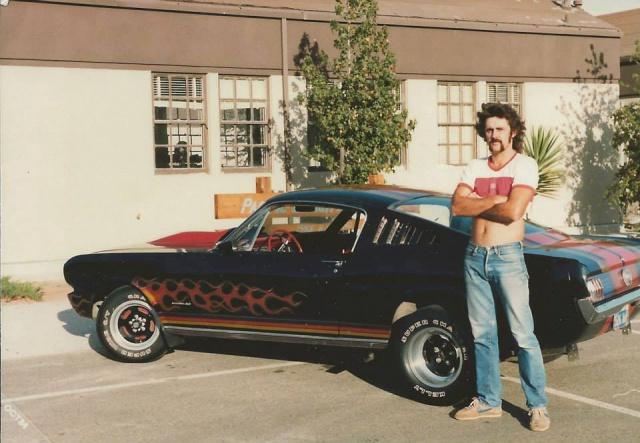 Vieille photo qui inclus des Mustang 65-73  32422810