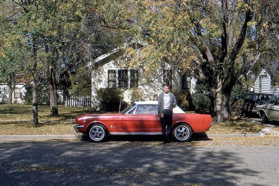Vieille photo qui inclus des Mustang 65-73  42476110