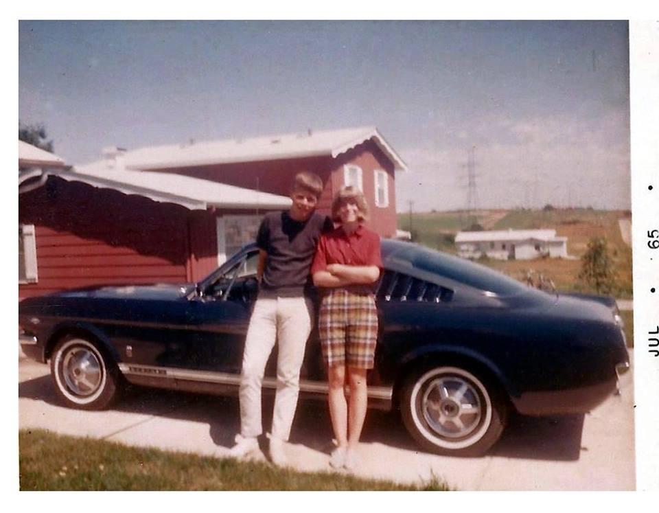 Vieille photo qui inclus des Mustang 65-73  44894410