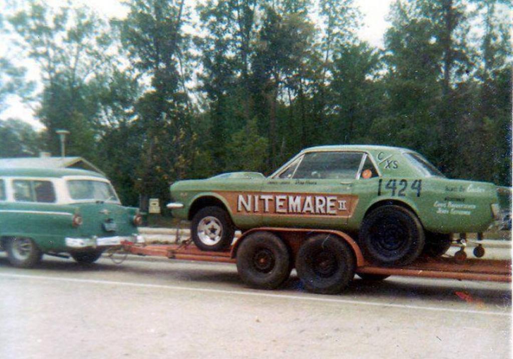 Vieille photo qui inclus des Mustang 65-73  50821410