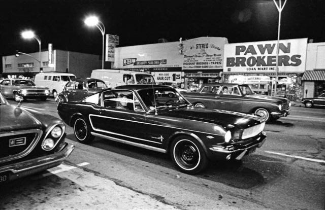 Vieille photo qui inclus des Mustang 65-73  86420710
