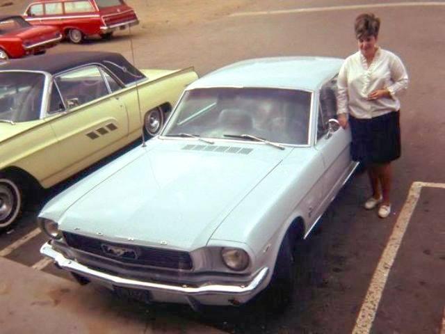 Vieille photo qui inclus des Mustang 65-73  93397110