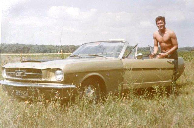 Vieille photo qui inclus des Mustang 65-73  Autric10