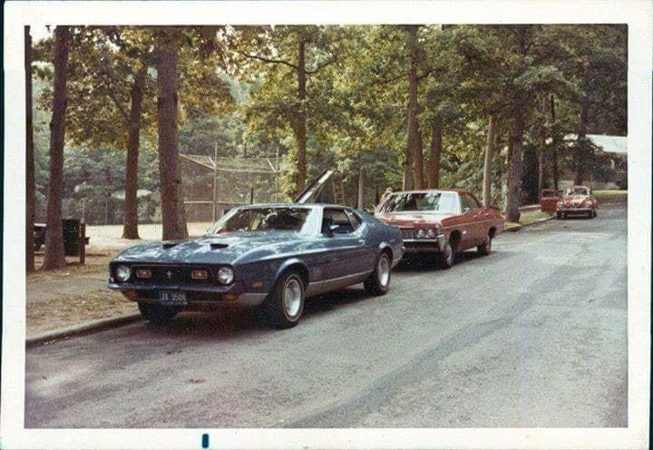 Vieille photo qui inclus des Mustang 65-73  Mach_112