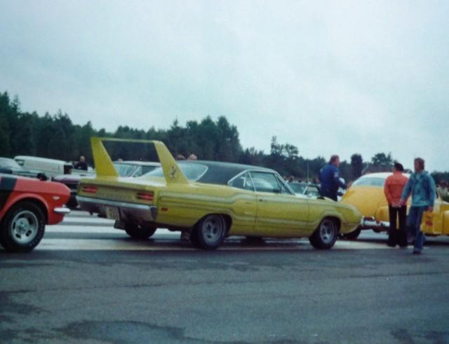 Vieille photo qui inclus des Mustang 65-73  St_1uk10