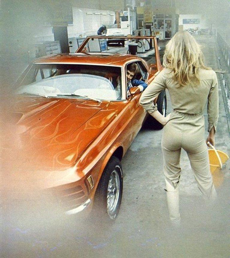 Vieille photo qui inclus des Mustang 65-73  Stang_11