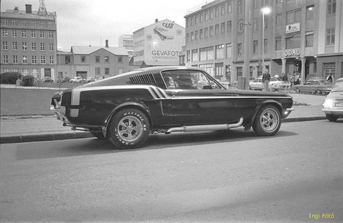 Vieille photo qui inclus des Mustang 65-73  Stang_12