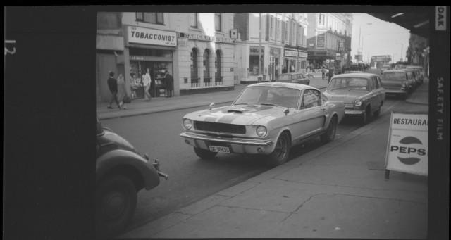 Vieille photo qui inclus des Mustang 65-73  Stang_13